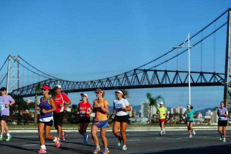 Imagem da última Meia Maratona de Florianópolis, que atraiu 5 mil atletas. Imagem: CBN.