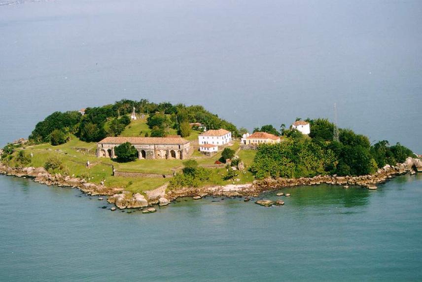 Ilha do Anhatomirim, em Florianópolis, é aberta para visitação histórica. Imagem: UFSC.