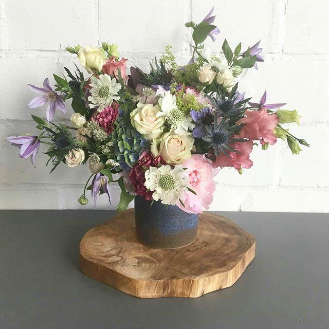 1 + 1 = ❤ Als twee passies samenkomen, dan kan het niet anders dan mooi zijn. Een práchtig boeket van Elke @intothewild.bloemen in een handgemaakte vaas van mezelf.  #verliefd #handmade #ceramics #wildflowers #boeket #bio #local #clayedbyilsehaeck #intothewild