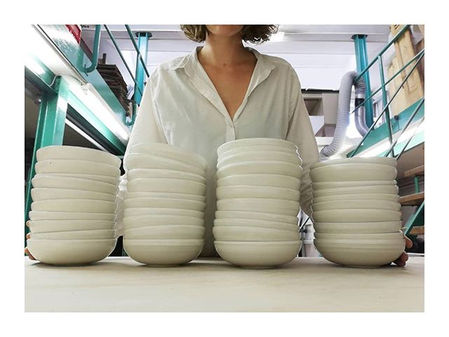 When your shirt matches your order 💁♀️ Ready for delivery @pieterjanlint 👨🍳 All bowls are made with clay from Belgium - thanks to @carokeramiek. 🙏  #finished #bowls #white #lessismore #handmade #ceramics #tabletopmatters #clayedbyilsehaeck #custommade