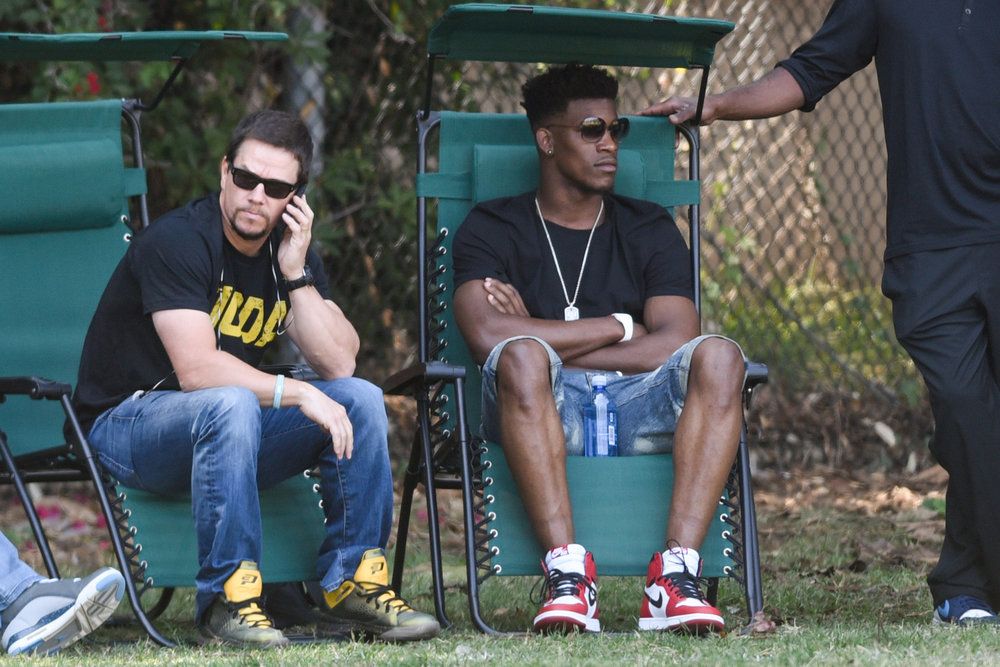 ct-mark-wahlberg-jimmy-butler-bulls-spt-0117-20160116.jpg