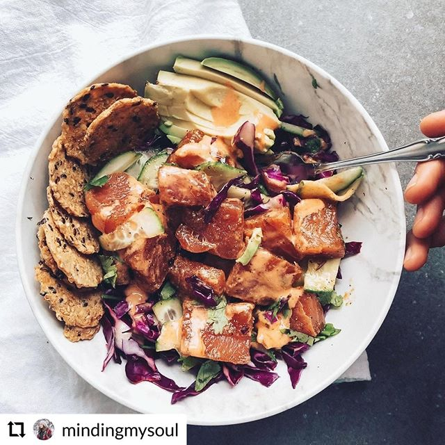 We're pretty sure we want to eat this right now! Check out the full post and recipe for the tuna poké bowl from IG user: @mindingmysoul which uses Sky Valley Foods #Sriracha Sauce!
