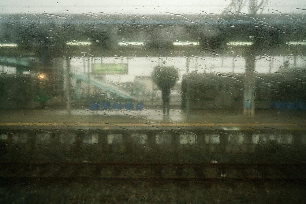 降る雨も 流せぬものを 放射能と 呼べば止まざる 冬の雨音I call it radiation–what even the raincannot wash away–the unrelenting soundof the winter rain - 美原 凍子 (福島県 2011年12月)Toko Mihara, Fukushima December 2011