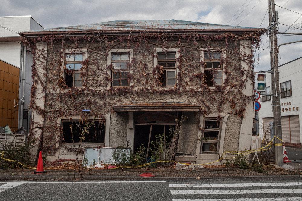 ただじっと 息をひそめて いる窓に 黒い雨ふる ふるさと悲しholding stillbreathing softlyat my windowwhere black rain fallsO the sadness of my home town - 美原 凍子 (福島県 2011年4月)Toko Mihara, Fukushima April 2011