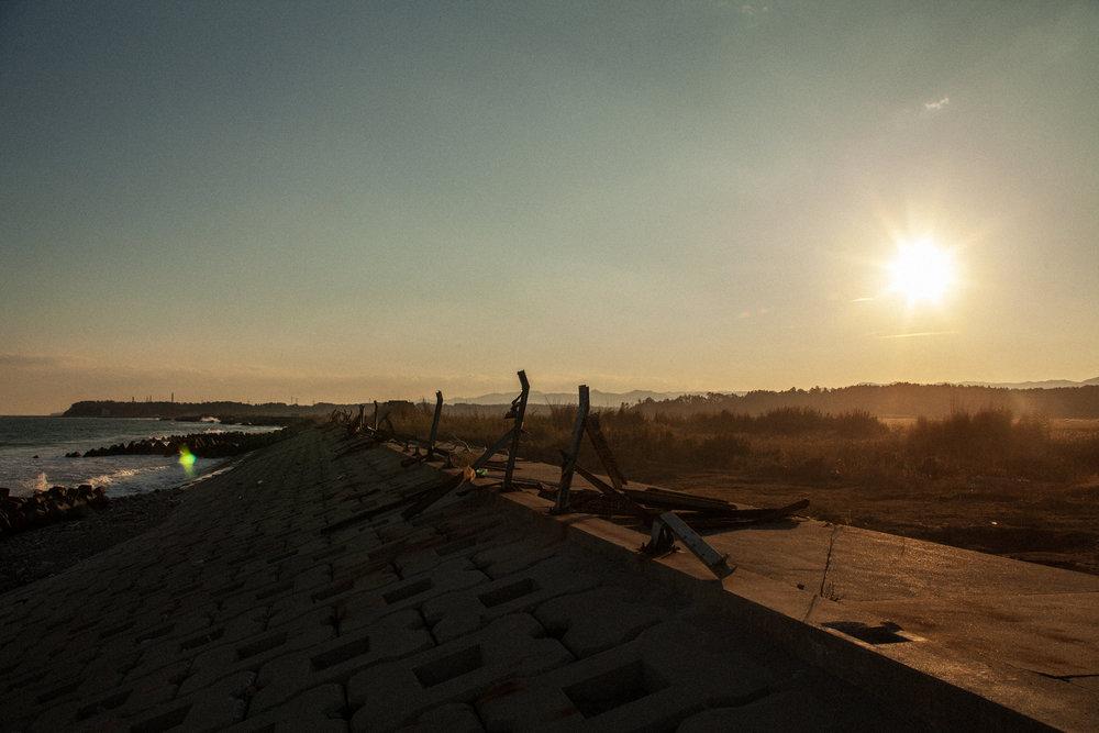 原発の 空のしかかる ふるさとの ここにいるしかなくて水飲むno place to go but here–in my home townwhere the sky abovethe nuclear plants begins,I drink some water - 美原 凍子 (福島県 2011年4月)Toko Mihara, Fukushima April 2011