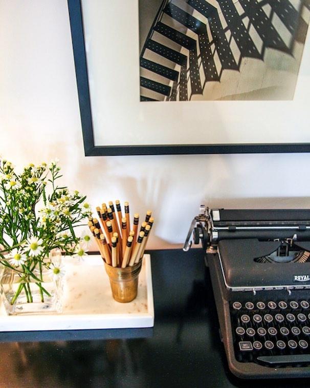 When black meets white and they live in harmony in design heaven. Desk goals... . . . . #design #designer #desk #black #white #blackandwhite #photography #interiordesign #interiordesigner #decor #home #designinspiration #vintage #art #modern #cleandesign #juliamoradesign