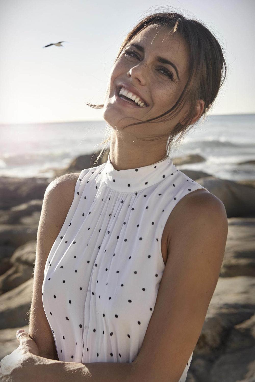 Model Alena in schöner Bluse am Meer