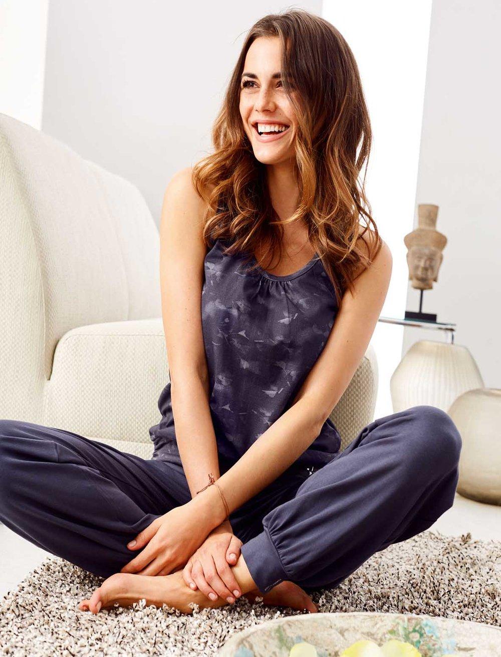 Alena für Editorial Shoot sitzt im Wohnzimmer