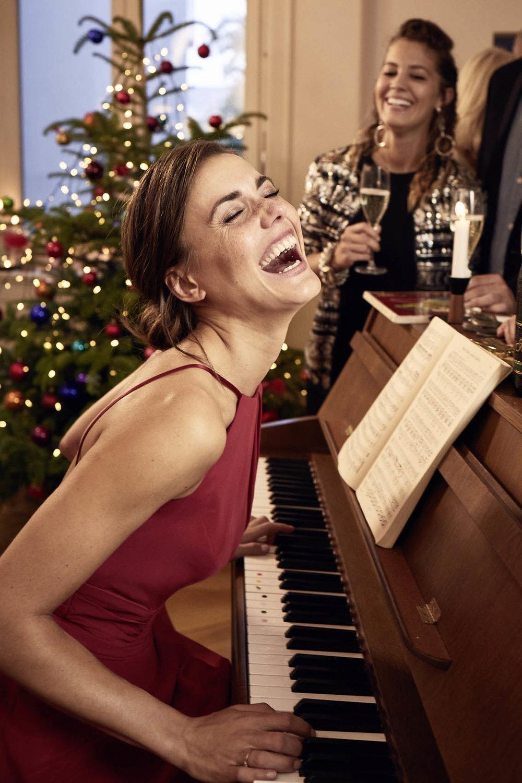 Alena glücklich am Klavier