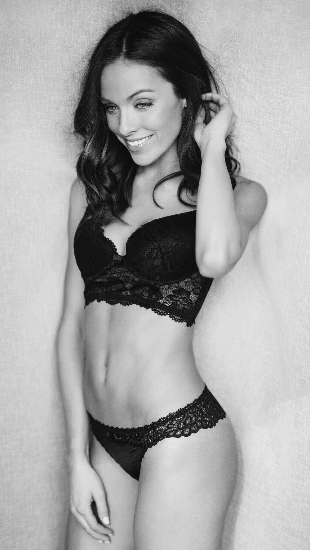 Unterwäschen Model Nicola lachend