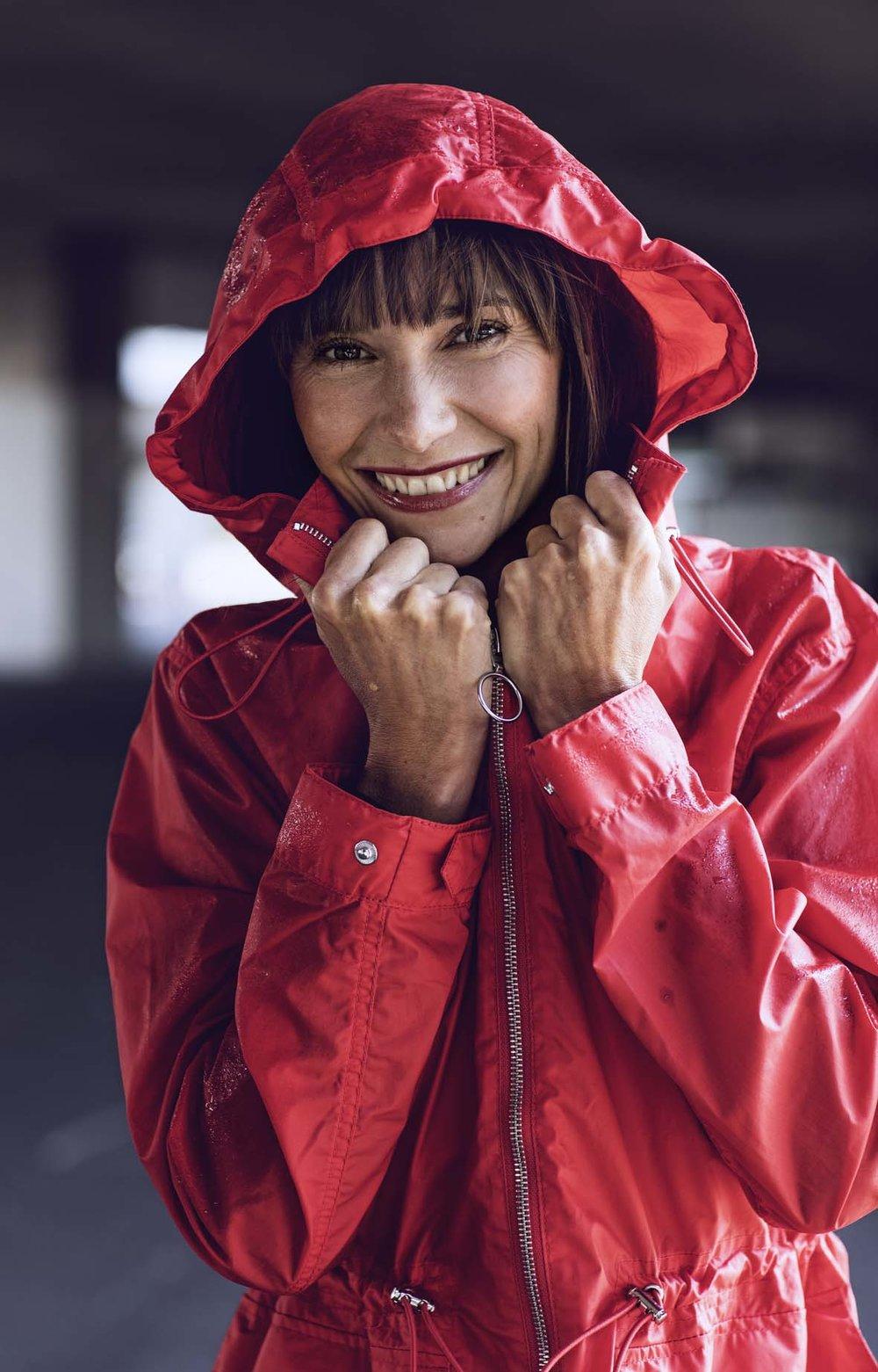 Sportmodel mit Roter Regenjacke