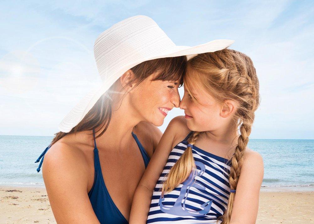 Anne mit Mädchen am Strand