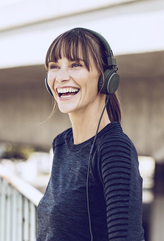 Anne hört Musik und lacht