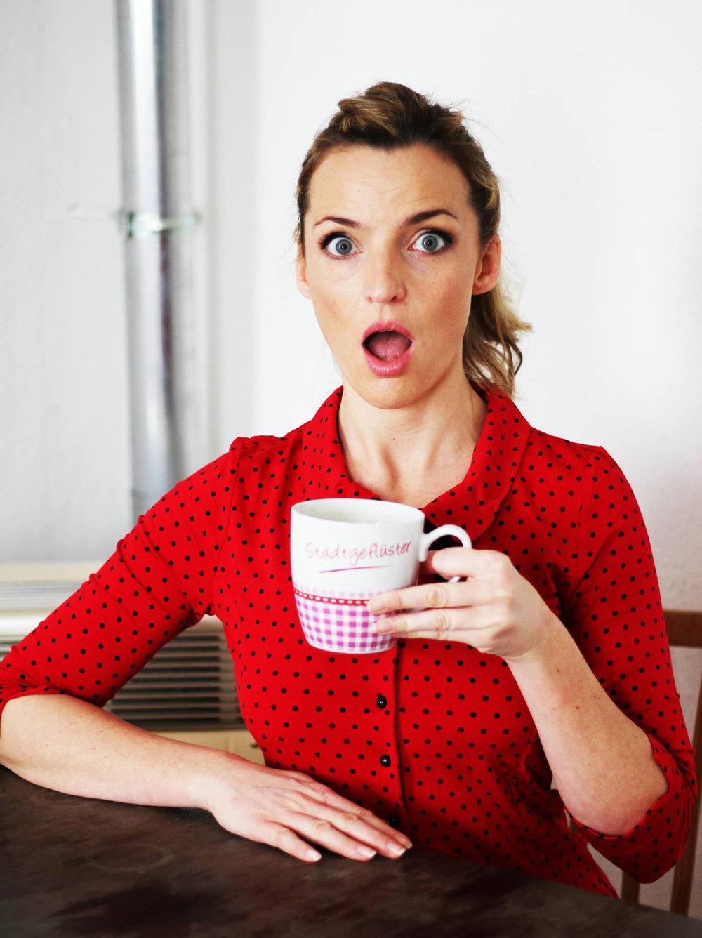 Deborah mit erstrauntem Blick und Tee