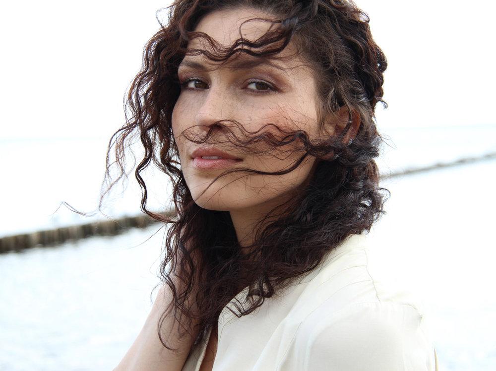 Cosy mit lockigen braunen Haaren