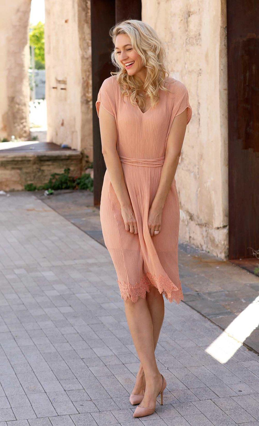 Ganzkörperbild von Christina im lachsfarbenen Kleid
