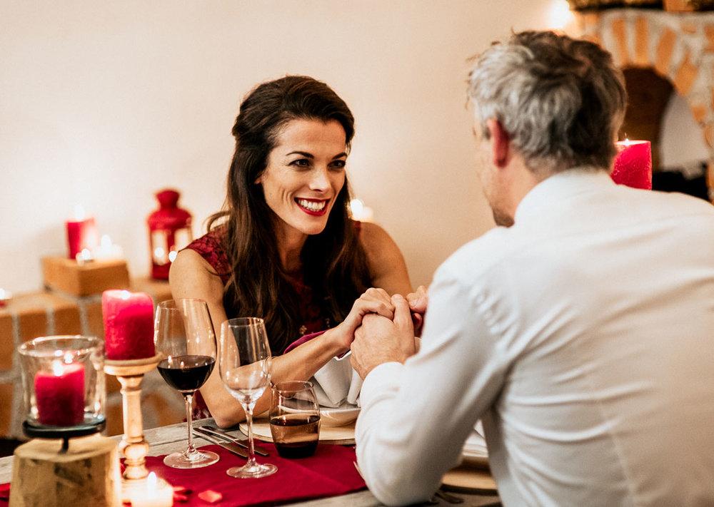 Giorgia beim Dinner mit roten Lippen