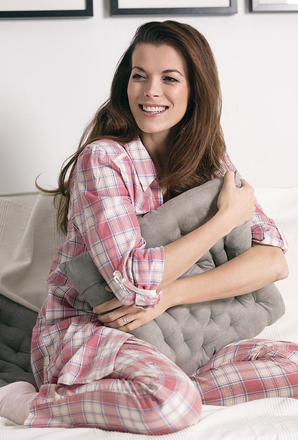 Girogia im Pyjama lächelt