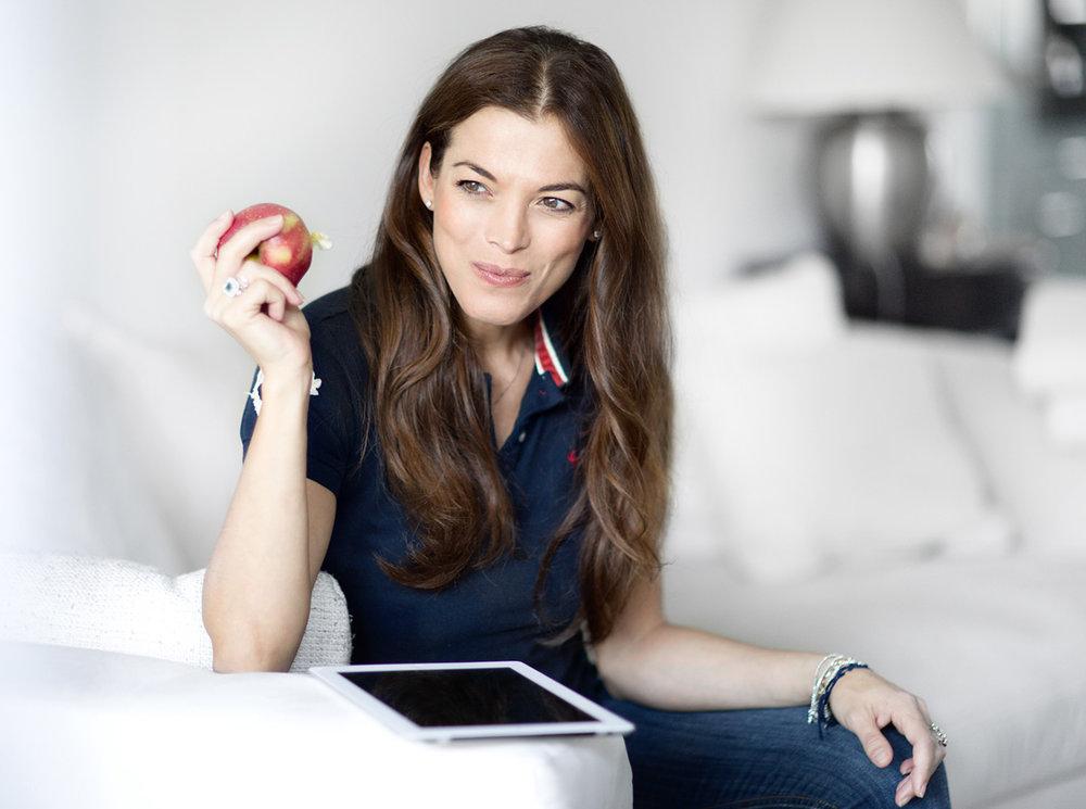Mode Model Giorgia isst einen Apfel