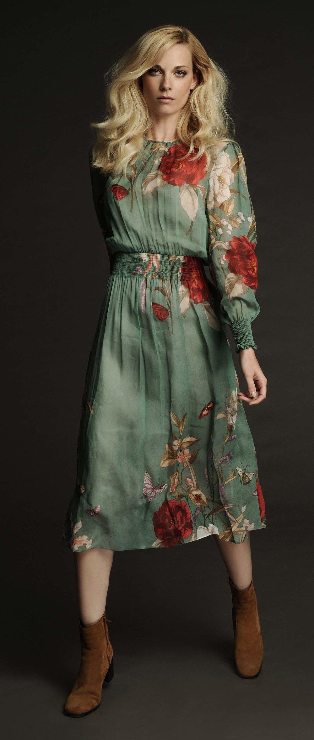 Julia gehend im Floralkleid