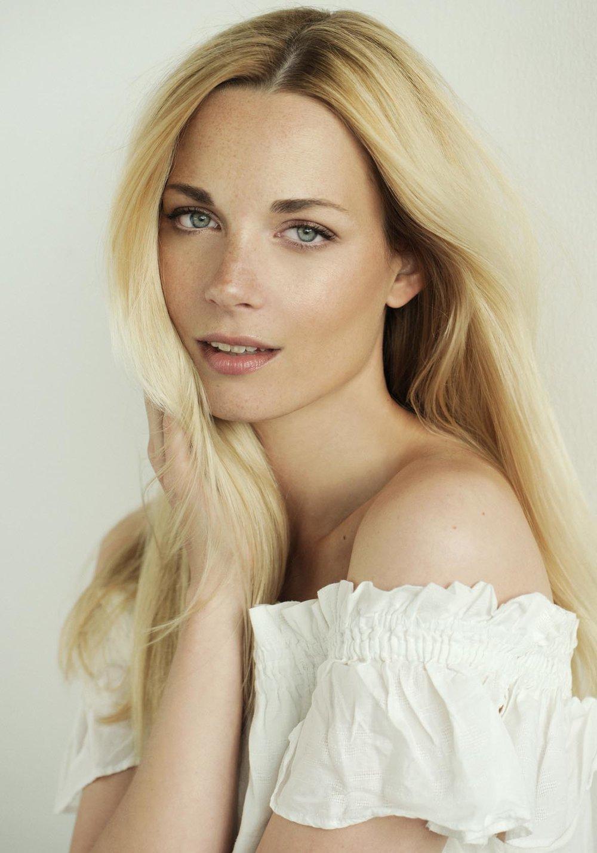 Blondes Peoplemodel schulterfrei