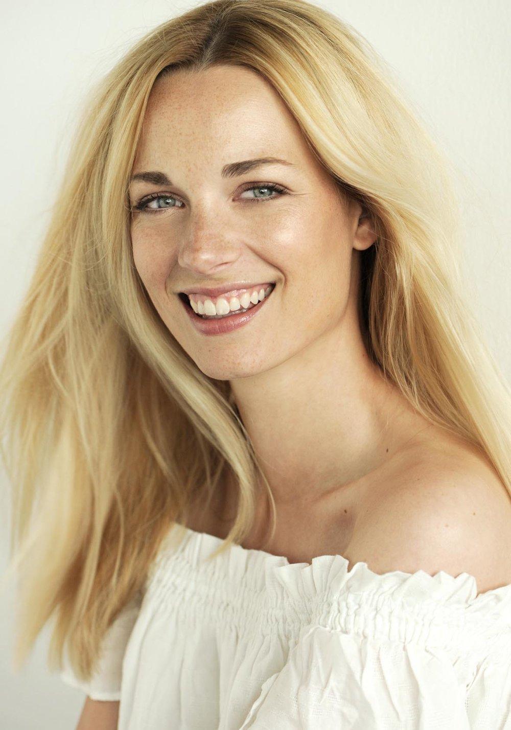 lachendes Peoplemodel für Beautyreihe