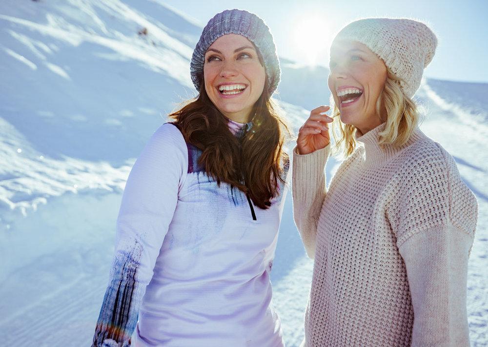 Cora lachend für ein Wintershooting