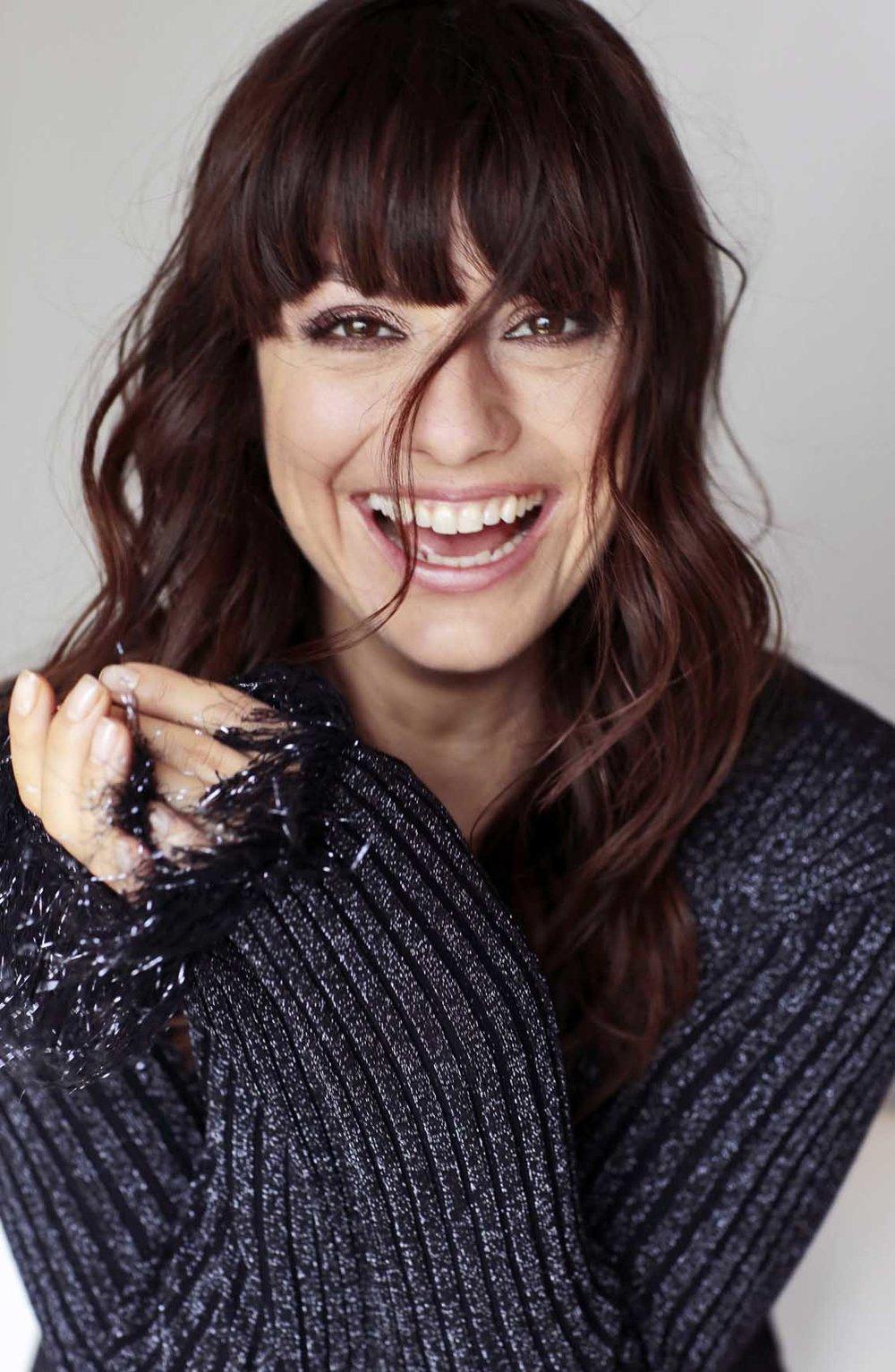 Lachendes Frontalbild von Cora