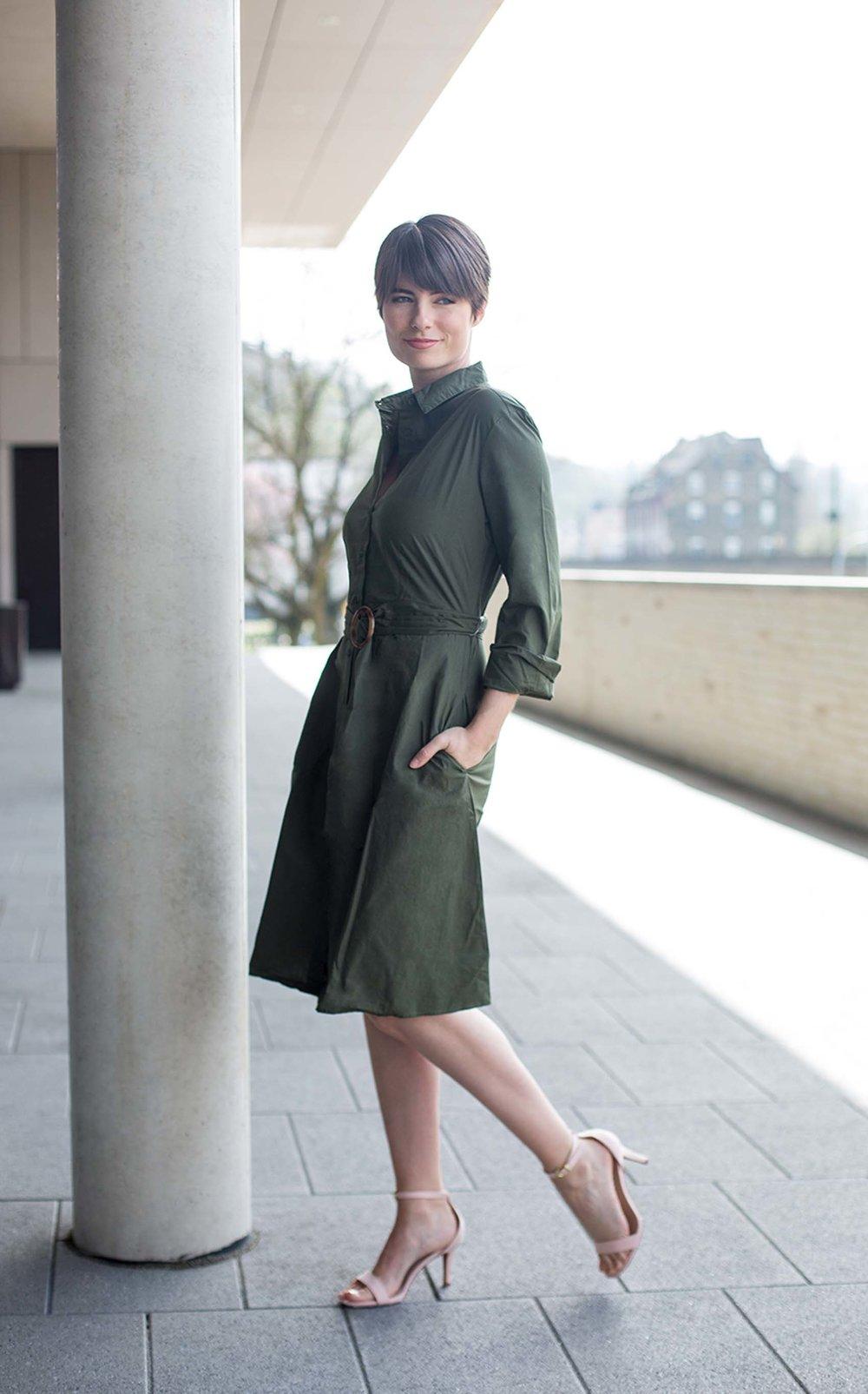 Fashion picture von Sandy in einem grünen Kleid