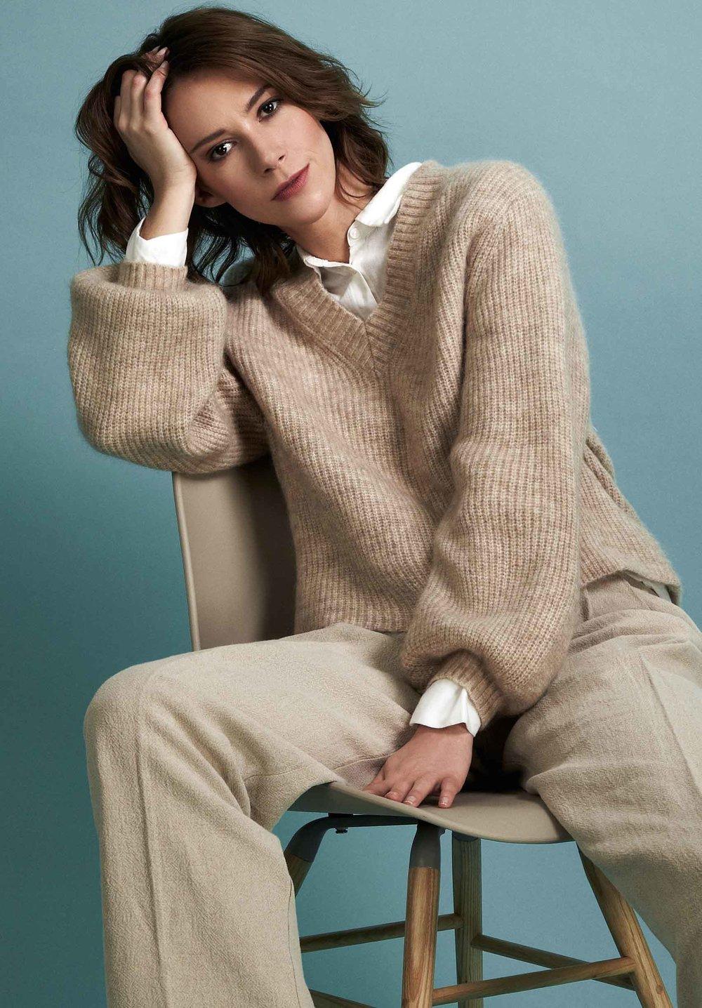 Professional Model Martina im beige Look
