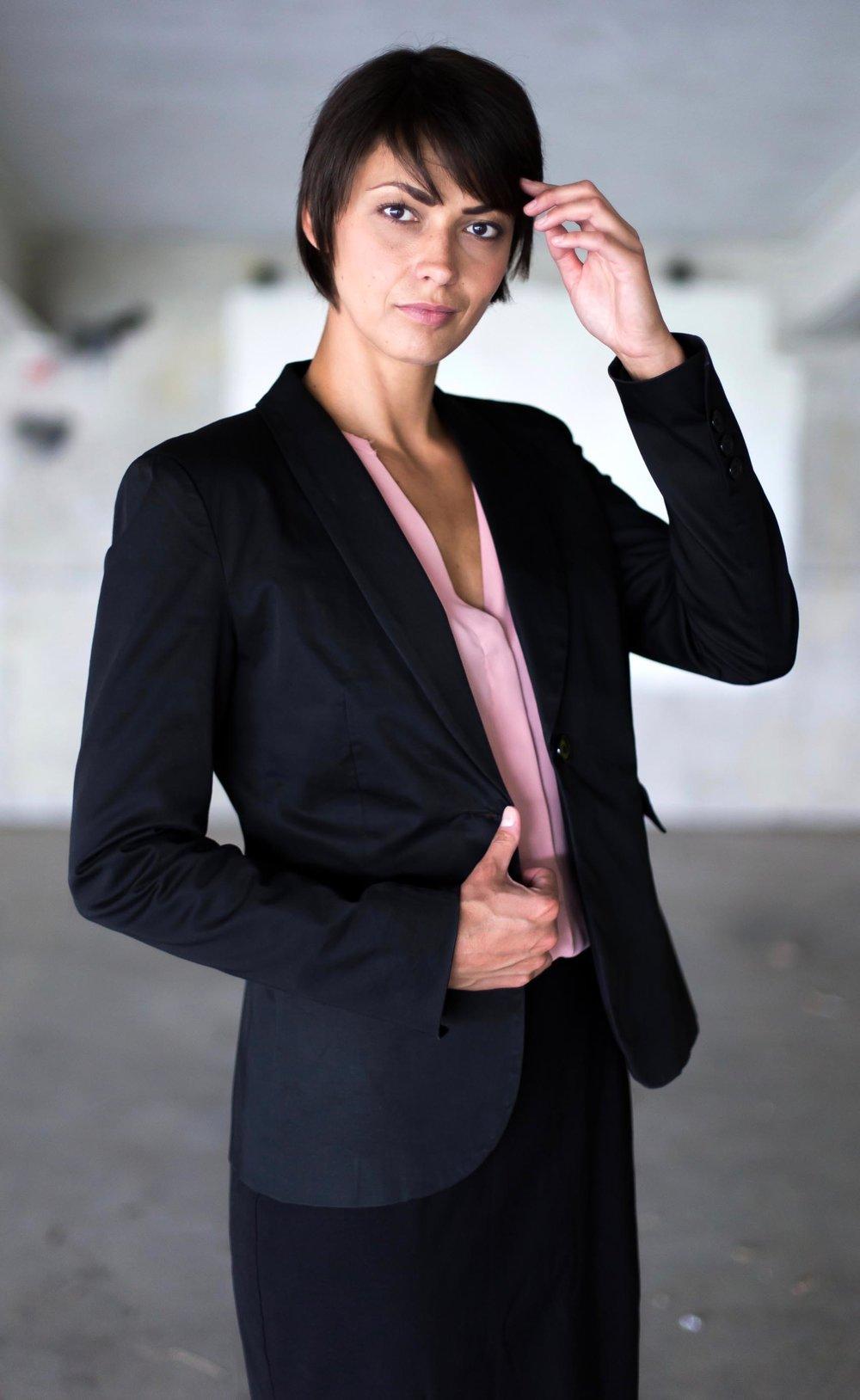 Kristin im Business Anzug