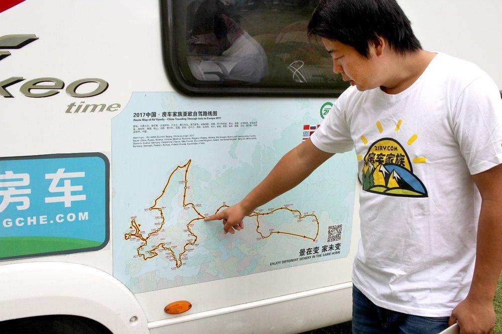 Wang Xudong viser frem reiseruta, som begynte i den lille byen Manzhouli på grensen mellom Kina og Russland.