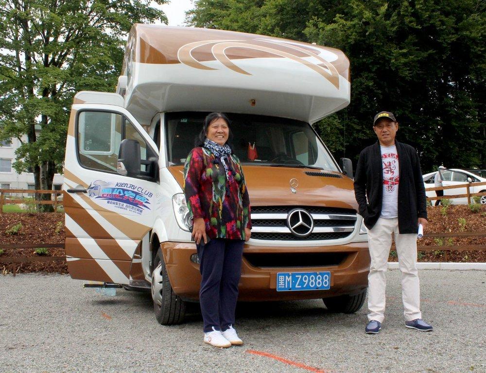 Zhu Guoyou og Zhao Yan er beskyttet av bilskiltet på reisen som lover dem lang lykke.