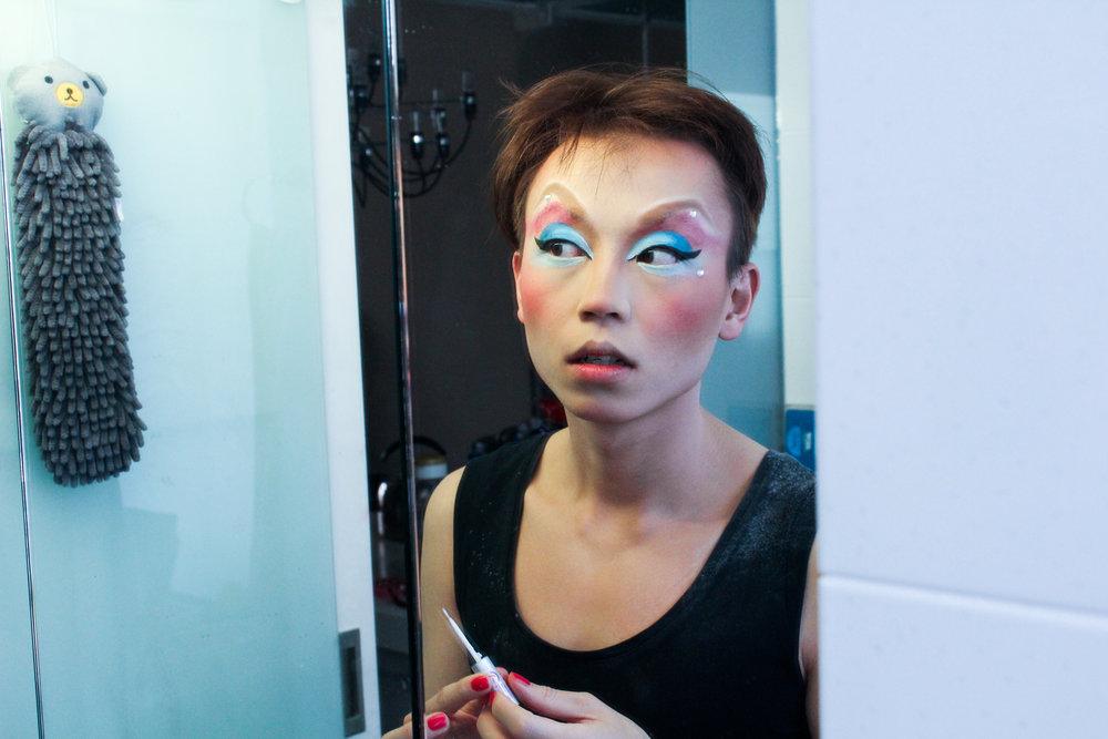 """Foreldra til Fei Fan veit han sminker seg, kler seg i kjolar og opptrer i drag. Men dei veit ikkje at han er homo. I saka """"Dronningane av Taiwan"""" kan du lese om korleis det er å vere homofil og dragstjerne i Taipei. (Foto: Ragnhild Sofie Selstø)"""