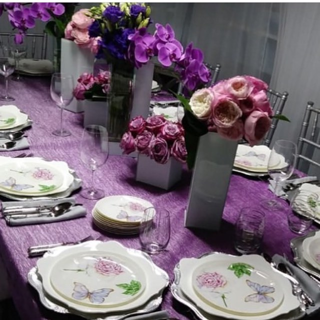 Our clients have the best set tables. How gorgeous do our vintage collection plates with a purple table scape💜 #tableart #tablescape #vintagecollection #flowers #purple #finedinning #dinnerware