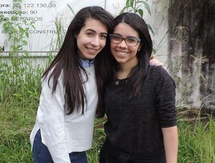 Gabriela Soares e Rafaela Soares em frente ao centro socioeducativo onde acontece o projeto Mina de Ouro.