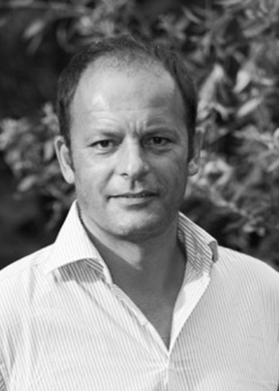 Stéphane Juan - DIRecteur général -FINANCes & développement commercialDiplômé de gestion à l'Université, Stéphane a travaillé dans la banque et l'industrie pharmaceutique avant de devenir entrepreneur en 2001.Il a piloté une société de développement d'application sur Internet puis une entreprise générale de travaux à partir de 2007.Après avoir accompagné les créateurs d'entreprise en dirigeant réseau entreprendre val de marne où il a rencontré Aline et Pascal, il participe à la création d'AgilCare en 2017.