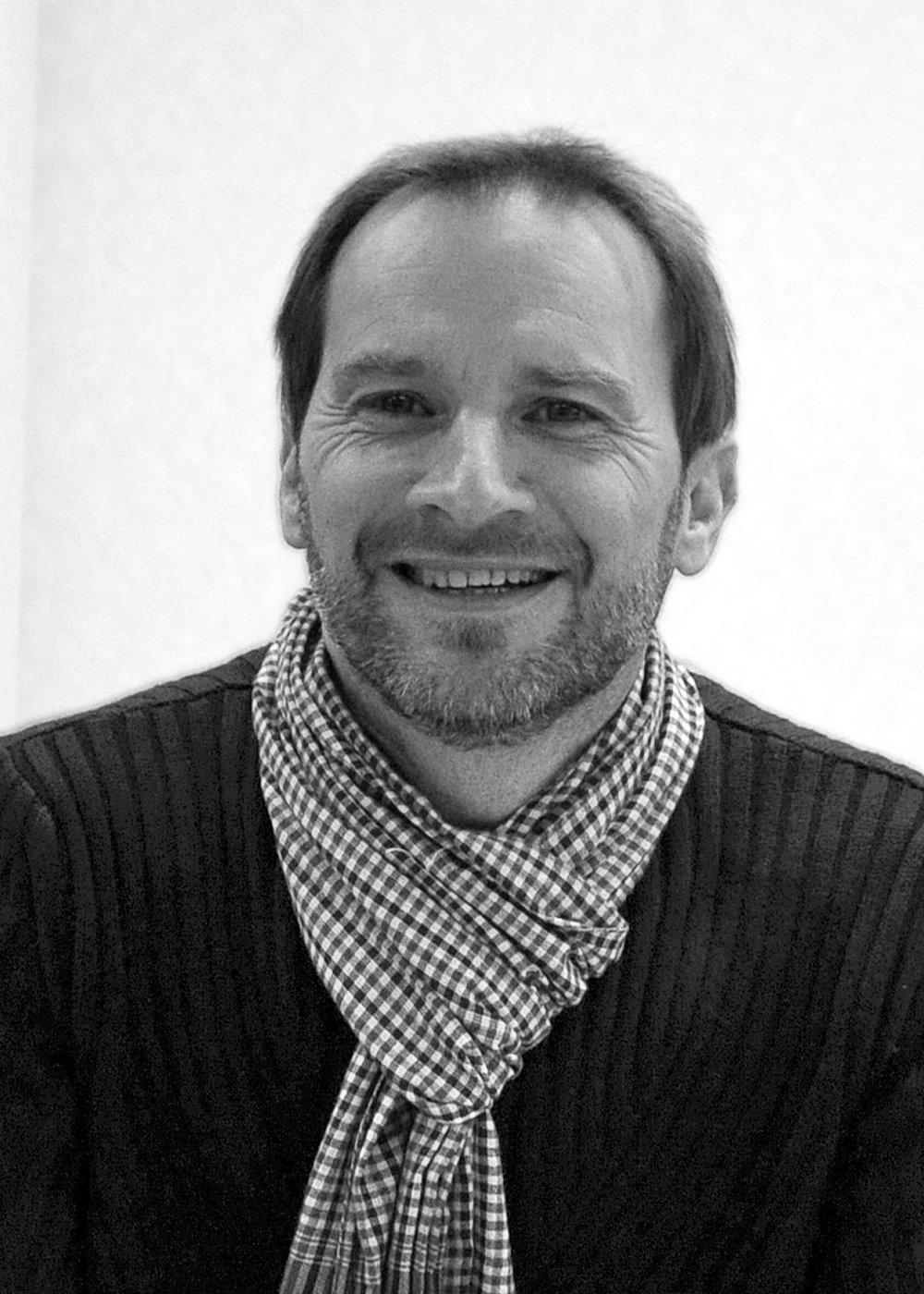 Pascal Colné - directeur technique -suivi opérationnelArchitecte diplômé de l'école Boulle et de l'école de paysage Dubreuil, il a été auditeur libre à l'EHESS avant de se former à la programmation, à l'OPC et à l'écologie de la construction.Spécialiste des questions environnementales et patrimoniales, il exerce en tant que gérant associé d'une SCOP, puis comme associé d'une SARL avant de rejoindre la SCOP « Univers & Conseils » à sa création, pour enfin co-fonder AgilCare (2017).