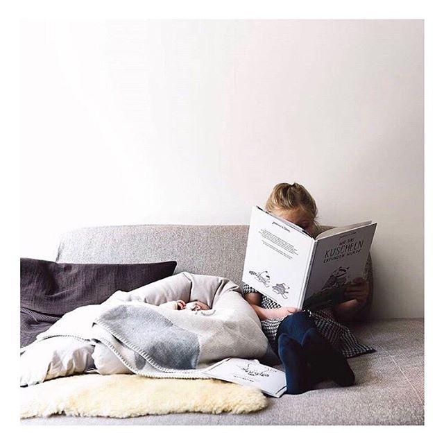 Zeit für die Gute-Nacht-Geschichte: Pauline liest ihrer kleinen Schwester vor, wie das Kuscheln erfunden wurde. Dass die Kleine noch gar nicht lesen kann, ist dabei völlig egal. Zuckersüß! __ Das tolle Foto ist von Fotograf und Familienvater @norman_poznan 👉check out his profile