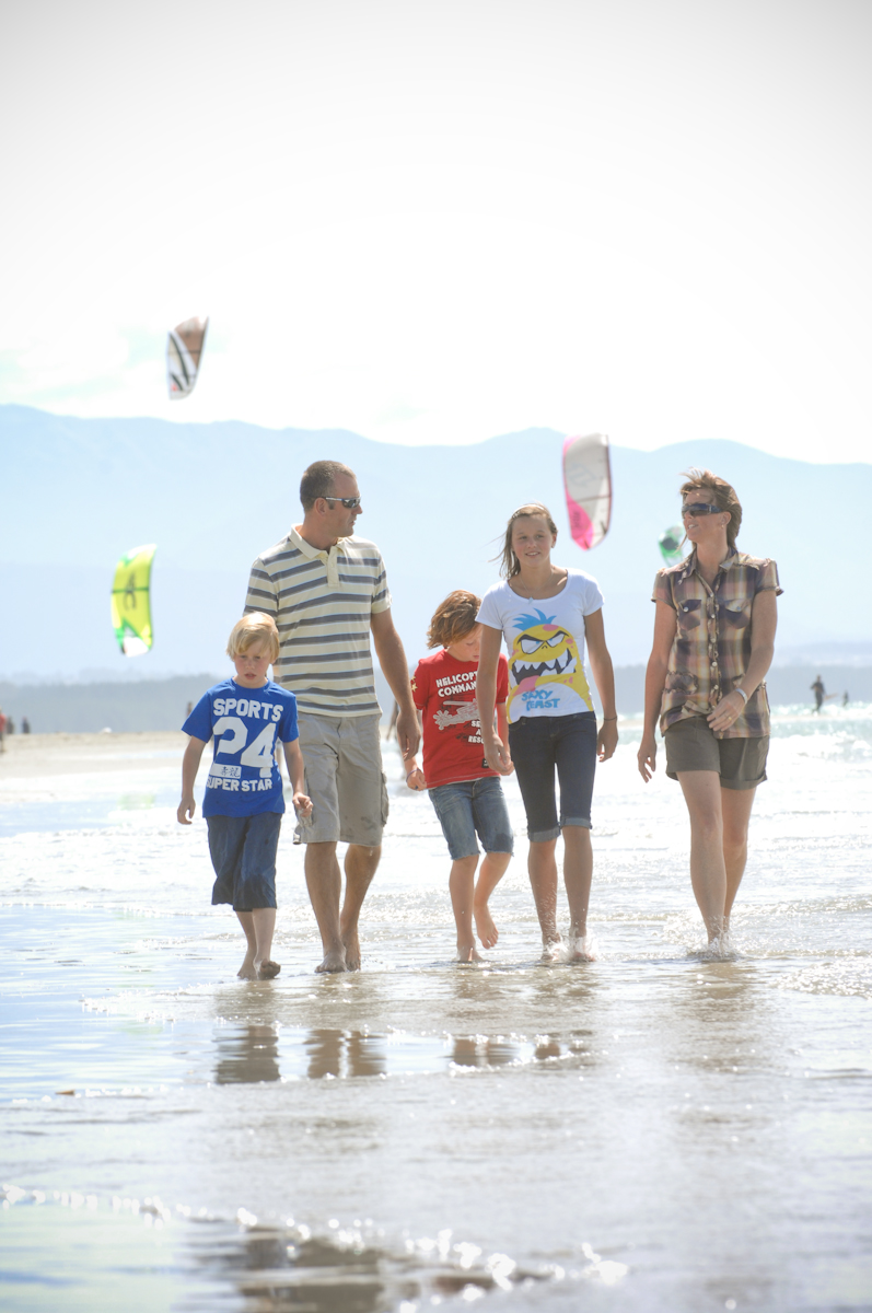 Family - Kitesurfers Tahunanui Beach 9.jpg