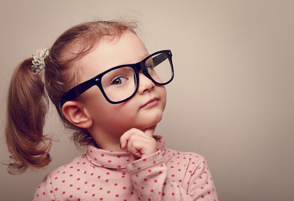 Barn med glasögon