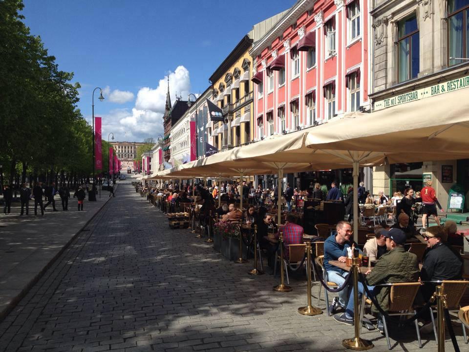 """Karl Johjans Sommerservering, en 200 meter lang """"piazza"""" som siden 2013 har hatt sin sesongåpning hvert år 18. mai. Bilene må vike, til fordel for 25 parasoller, 100 blomsterkasser og 400 stoler."""