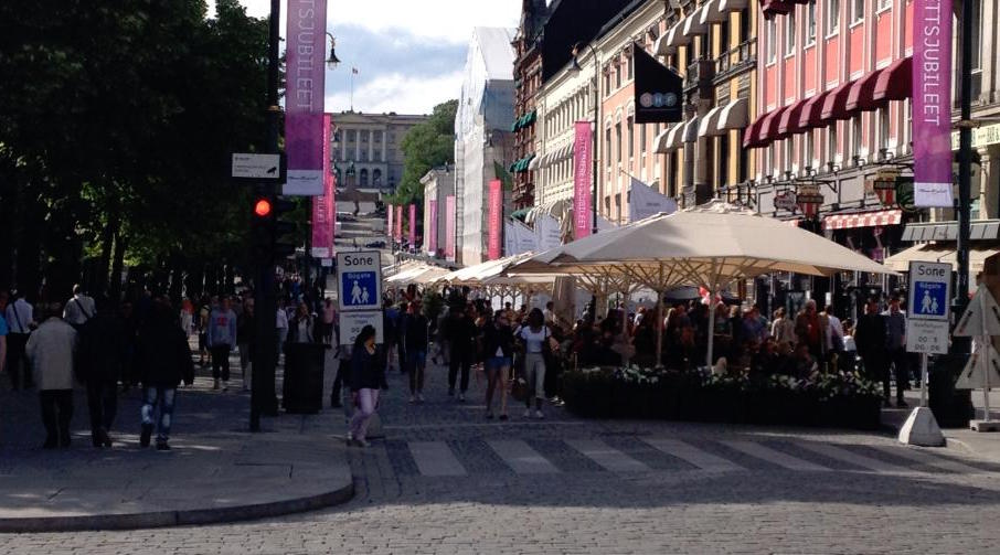 Slik så det ut på Karl Johans gate, en drøy time etter at Sommerserveringen åpnet for første gang, lørdag 15. juni 2013.