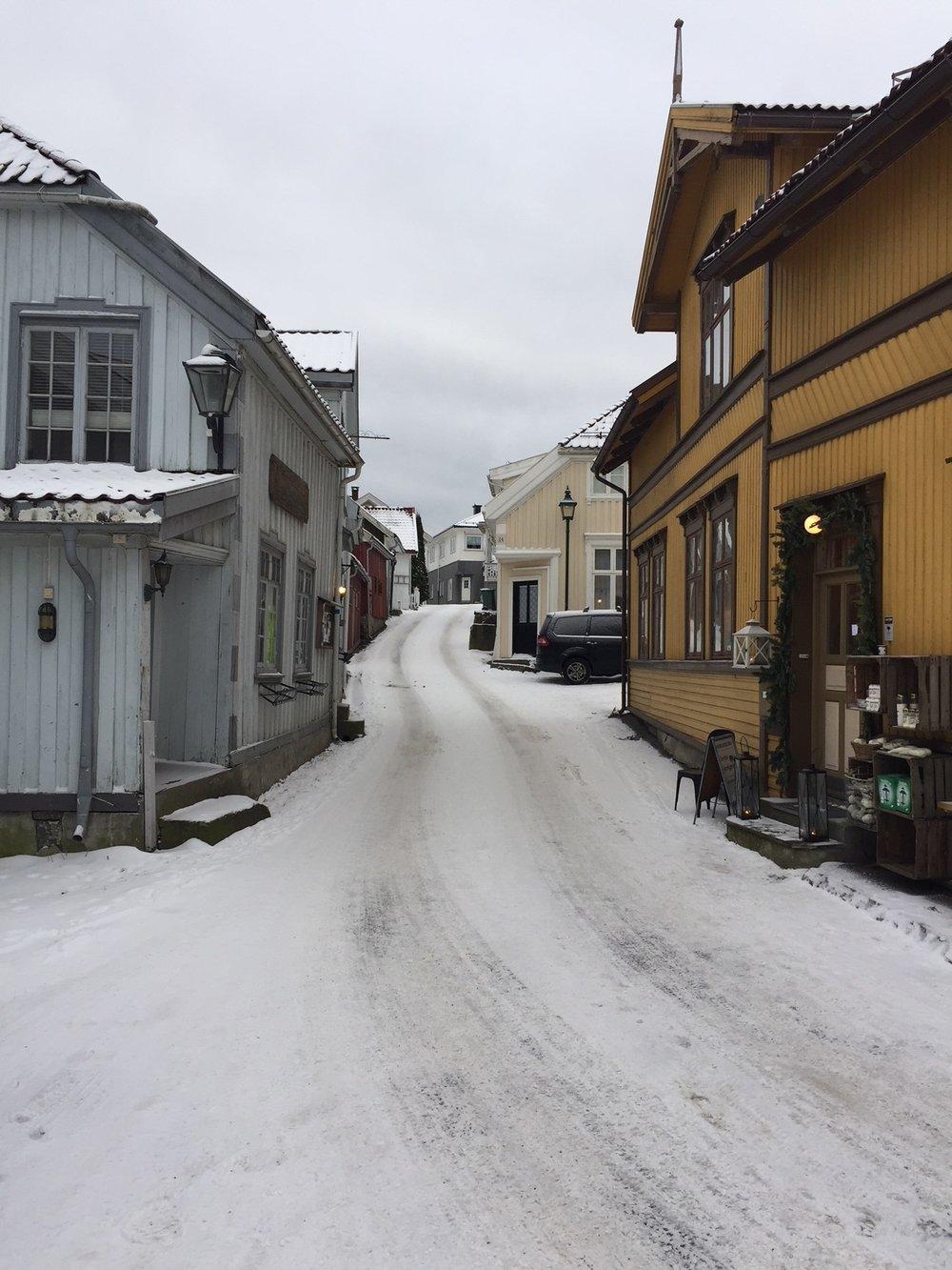 Slik ser Strandgaten i Stathelle ut, med små lokale virksomheter bortover gata. Ikke yrende folkeliv nå, akkurat, men kanskje med nytt potensiale i årene som kommer?