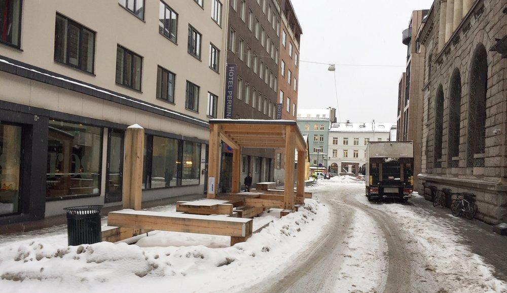 """Flere av bymøblene som er utplassert i pilotgatene, som en del av """"Bilfritt Byliv"""", har blitt kritisert for ikke å bidra til byliv og ikke være utviklet sammen med gateplansaktørene. Her fra Øvre Slottsgate."""