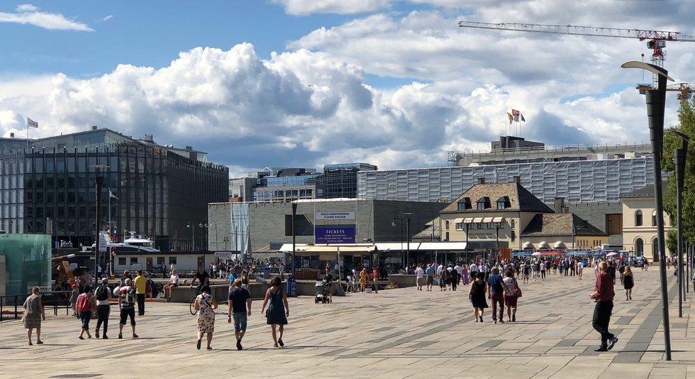Rådhusplassen, der det nye Nasjonalmuseet i bakgrunnen begynner å ta form.