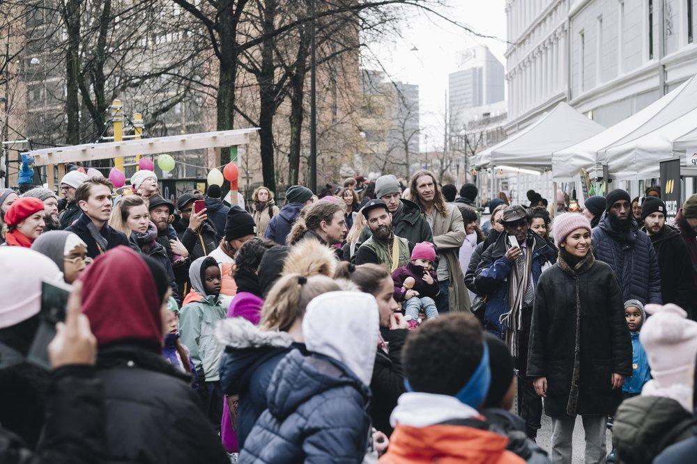 På Tøyen har folk skapt gode nabolag i mange år. Her er et bilde fra Tøyensk Julemarked lørdag 1. desember i fjor. Fantastisk stemning og fine folk over hele Tøyen. Tøyenbygda har en sterk og viktig identitet. Foto: Ola Vatn.