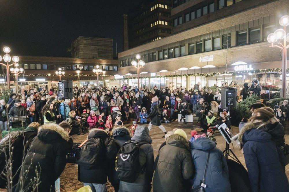 Det var fullt på torget da den Tøyenske Julen offisielt ble åpnet 1. desember i fjor. Slike dager ønsker vi oss mange av også i 2019. Foto: Ola Vatn.