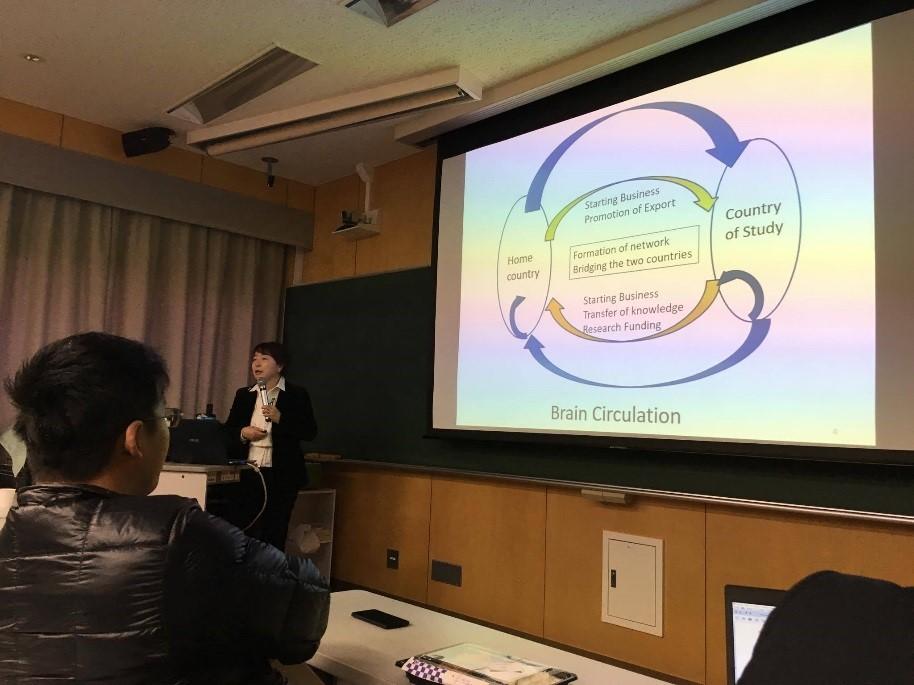 Professor Sato memberikan penjelasan kepada para peserta