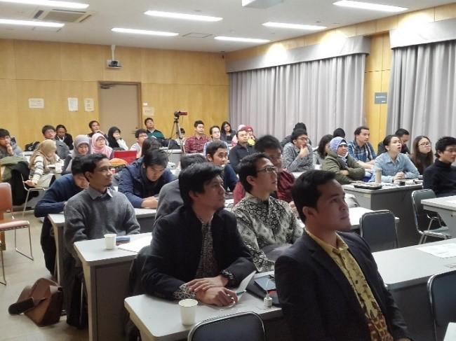 Para peserta mendengarkan pemaparan oleh pemateri
